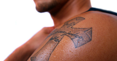 Kreuz Tattoo auf linker Schulter
